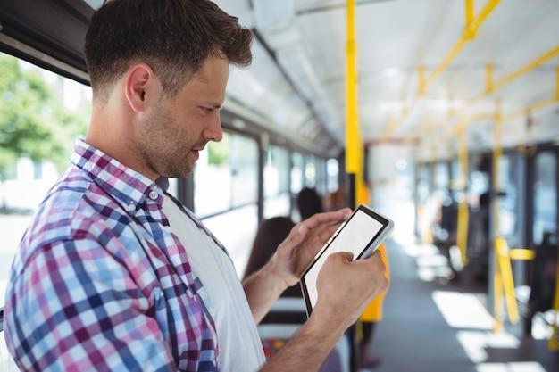 Knappe man met behulp van digitale tablet