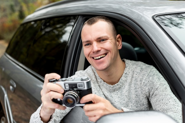 Knappe man met behulp van een vintage camera