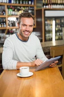 Knappe man met behulp van tablet pc
