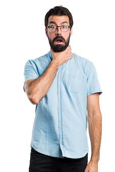 Knappe man met blauwe glazen verdrinken zichzelf