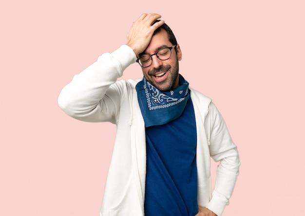 Knappe man met bril heeft net iets gerealiseerd en heeft de oplossing voor ogen