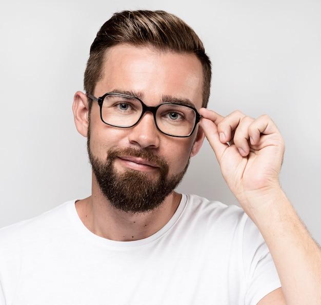 Knappe man met bril