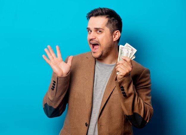 Knappe man met dollars