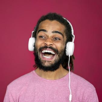 Knappe man met dreadlocks hoofdtelefoon dragen