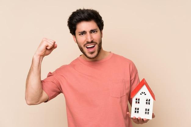 Knappe man met een klein huis