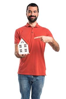 Knappe man met een klein huisje