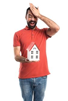 Knappe man met een klein huisje Gratis Foto