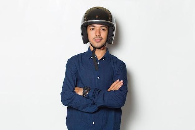 Knappe man met een motorhelm met een duim omhoog ok gebaar op witte achtergrond