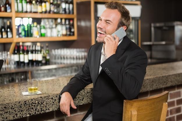 Knappe man met een telefoongesprek