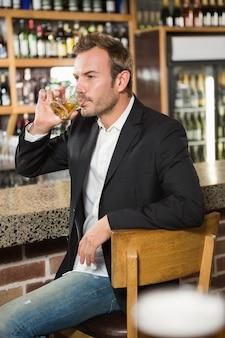 Knappe man met een whisky