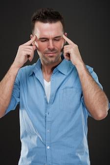 Knappe man met hoofdpijn