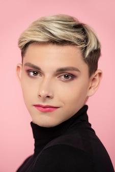 Knappe man met make-up