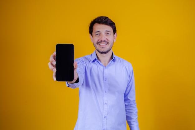 Knappe man met mobiele telefoon in handen