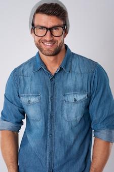 Knappe man met mode-bril en wollen hoed