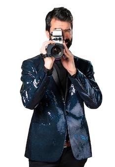 Knappe man met sequin jacket filmen