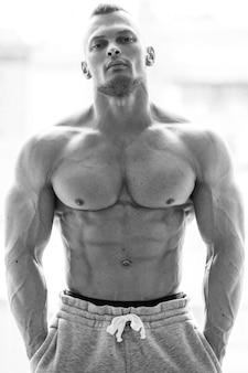 Knappe man met sexy lichaam
