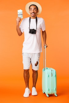 Knappe man met wit t-shirt klaar om te reizen