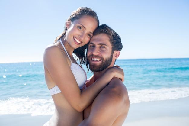 Knappe man met zijn vriendin