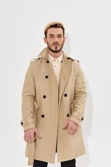 Knappe man mode kapsel jas herfst stijl bijgesneden weergave studio
