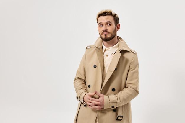 Knappe man modieuze kapsel jas herfst stijl kant blik. hoge kwaliteit foto