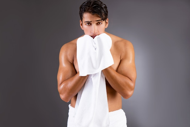 Knappe man na het douchen