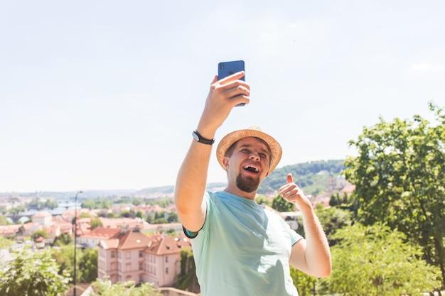 Knappe man neemt een selfie buiten kaukasische mensen natuur mensen levensstijl en technologie