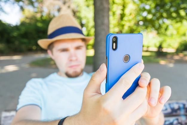 Knappe man neemt een selfie buiten