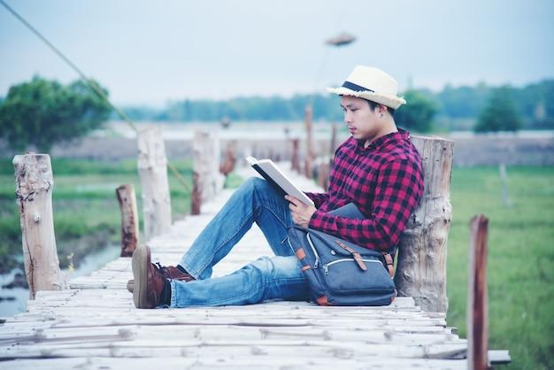 Knappe man ontspannen in de natuur reizen