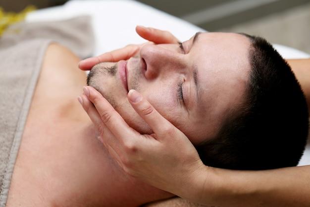 Knappe man ontspannen in een spa