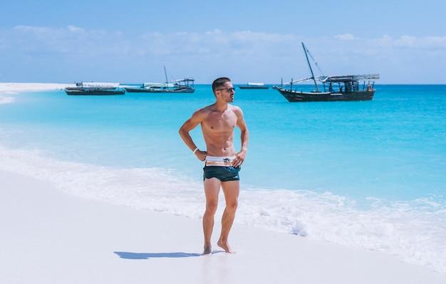 Knappe man op een vakantie aan de oceaan