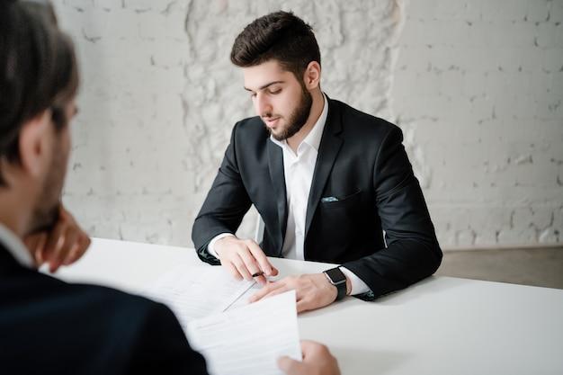 Knappe man op een vergadering in het kantoor