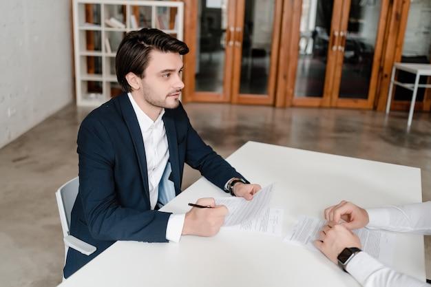 Knappe man op een zakelijke bijeenkomst in het kantoor