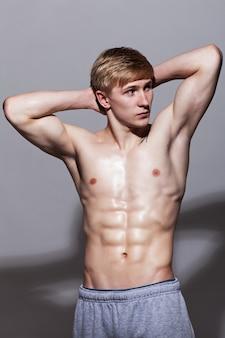 Knappe man poseren met naakte torso