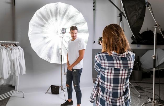 Knappe man poseren voor de camera in studio