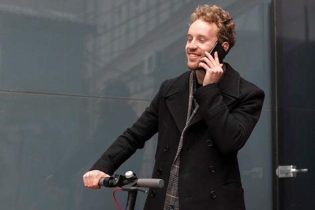 Knappe man praten aan de telefoon