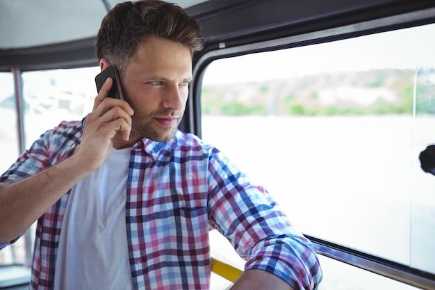 Knappe man praten op mobiele telefoon