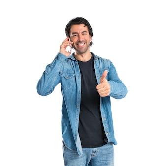 Knappe man praten over mobiele telefoon op witte achtergrond