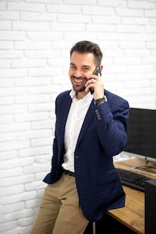 Knappe man praten over telefoon