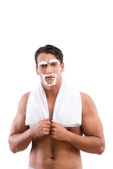 Knappe man scheren geïsoleerd op wit