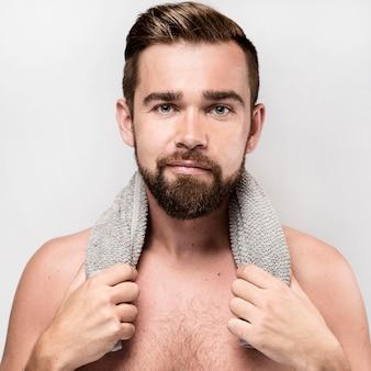 Knappe man shirtless poseren