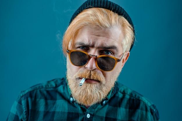 Knappe man studio portret portret van een knappe man tegen grijze achtergrond met kopie ruimte hig...