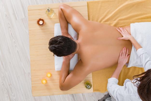 Knappe man tijdens spa massage sessie