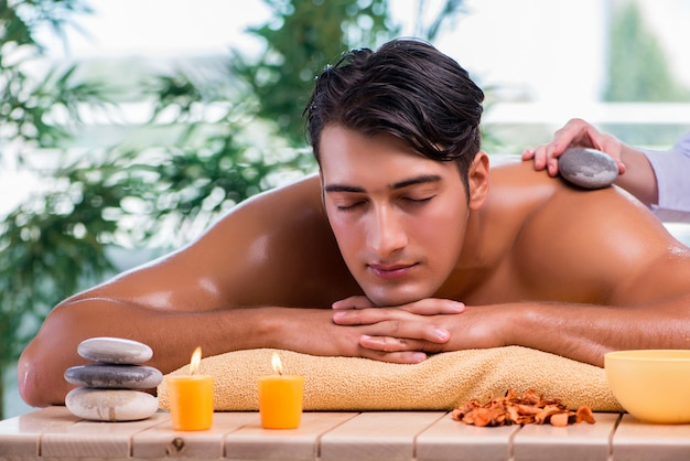 Knappe man tijdens spa sessie