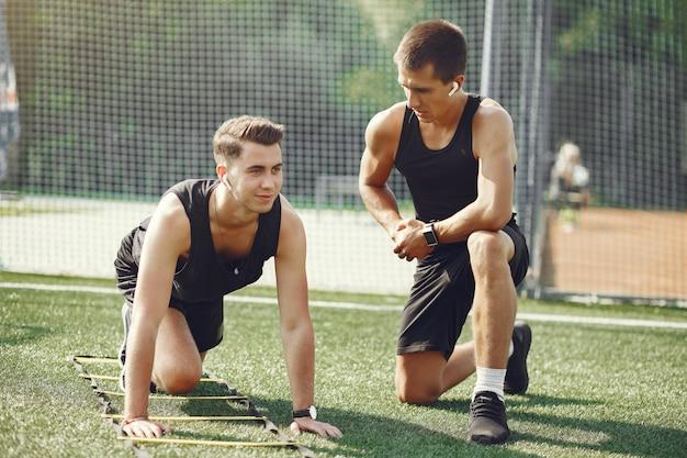 Knappe man training in een zomer park