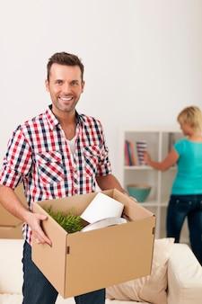 Knappe man uitpakken in nieuw huis