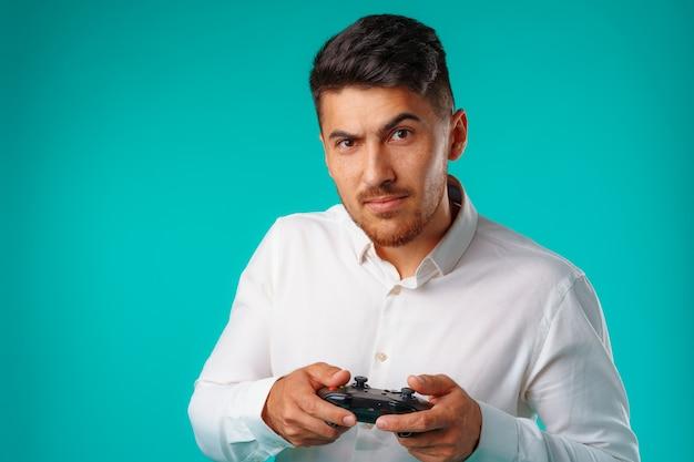 Knappe man van gemengd ras met joystick voor videogames