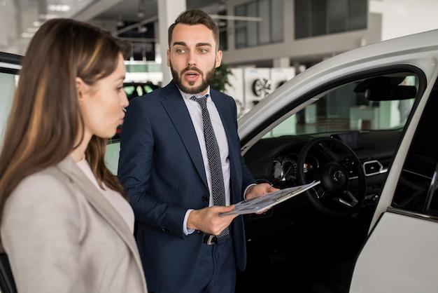 Knappe man verkopen luxe auto's