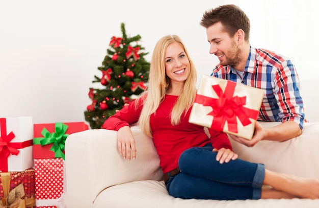 Knappe man verrast zijn vriendin met kerstcadeau