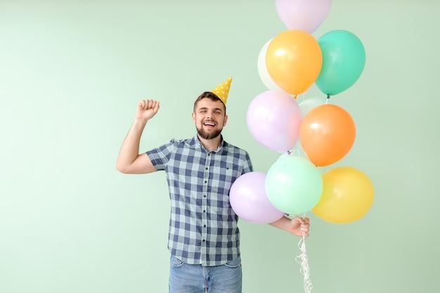 Knappe man viert verjaardag op kleur oppervlak