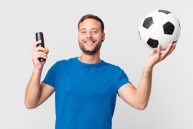 Knappe man voetbal kijken op televisie